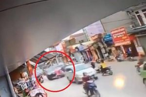 Clip: Khoảnh khắc ô tô tông trúng 2 xe máy khiến bé 7 tuổi tử vong