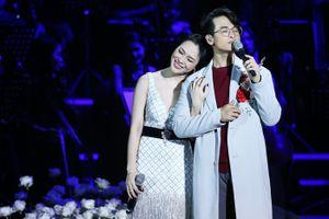 Liên tục 'thả thính' ngọt ngào, Hà Anh Tuấn nhiều lần 'hôn trộm' Mỹ Tâm trên sân khấu
