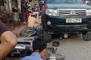 Hai thanh niên phi thân qua chuồng gà khi ôtô điên lao với tốc độ thần chết