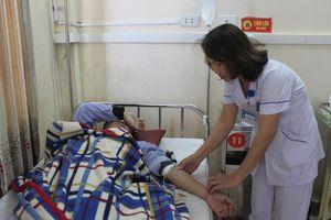 Bác sĩ và sinh viên thực tập bị người nhà bệnh nhân đánh phải nhập viện cấp cứu