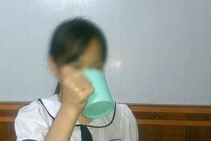 Người nhà học sinh súc miệng bằng nước giẻ lau phân vân chuyện khởi kiện, muốn cô giáo ký cam kết