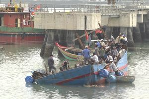 Tàu cá ngư dân Quỳnh Phương bị nạn được kéo vào bờ