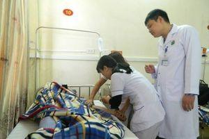 Đang cấp cứu, bác sĩ và thực tập sinh bị người nhà bệnh nhân hành hung