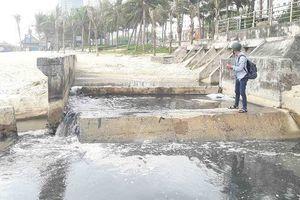 Đà Nẵng: Cống xả quá tải, nước thải tràn ra biển
