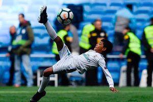 Con trai Ronaldo tái hiện pha 'ngả bàn đèn' của bố