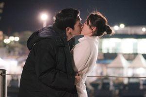 Hae In nôn nóng hôn 'chị đẹp' Ye Jin, đạo diễn phải ngăn: 'Từ từ thôi'