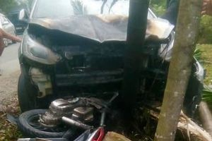 Ôtô bốc cháy sau khi tông xe máy, hai người nhập viện