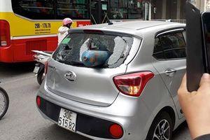 Hà Nội: Bình gas bất ngờ bắn thẳng vào đuôi xe ôtô đang di chuyển