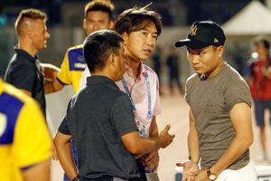 HLV Toshiya Miura sau hành động ném áo của 'Ronaldo Việt Nam'