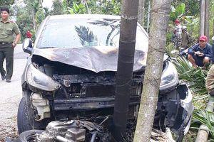 Sau cú tông trực diện, ôtô và xe máy bốc cháy dữ dội