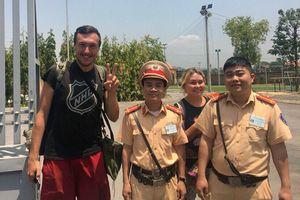 CSGT Quảng Ninh giúp đỡ 2 du khách Nga mất giấy tờ, tiền bạc