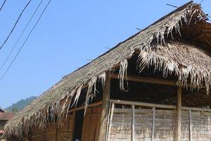 Nhà tranh, vách nứa dột nát ở xã Nông thôn mới