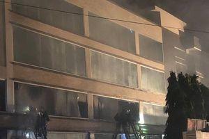 Cháy lớn xưởng bánh kẹo, hàng trăm người dập lửa