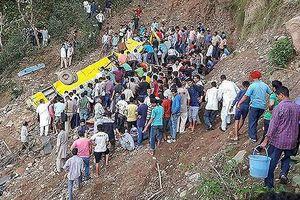 Xe buýt lao xuống vực sâu, 27 học sinh tiểu học thiệt mạng