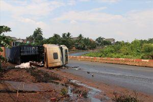 Bình Phước: Xe container gặp nạn, hàng trăm lít dầu điều đổ xuống đường