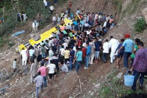Ấn Độ: Xe chở học sinh tiểu học rơi xuống vực, 30 người tử vong