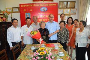 Bí thư Nguyễn Thiện Nhân trao huy hiệu cho ba đảng viên