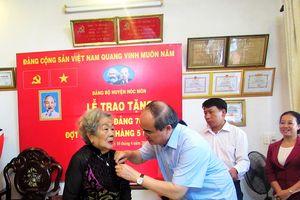 Bí thư Thành ủy TP Hồ Chí Minh Nguyễn Thiện Nhân trao Huy hiệu 70 năm tuổi Đảng cho các lão thành cách mạng