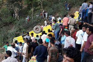 Xe buýt lao xuống hẻm núi, gần 30 học sinh thiệt mạng