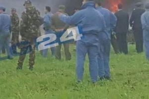 Khói lửa ngút trời ở nơi máy bay Algeria chở hơn 200 người rơi