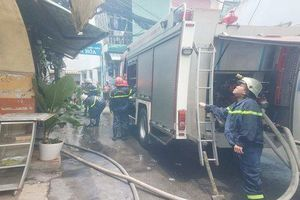Cháy nhà giữa trưa ở Sài Gòn, cụ ông 70 tuổi mắc kẹt giữa biển lửa