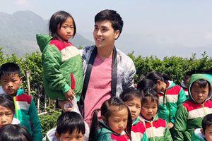 Á vương Mister Asian International 2018 lên Sapa tặng áo ấm cho trẻ em nghèo