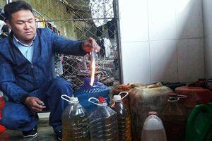 Nước giếng bốc cháy ngùn ngùn: Múc được hàng trăm lít dầu diesel