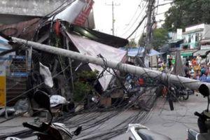 Trụ điện bật gốc ở Sài Gòn, nhiều người gào thét tháo chạy
