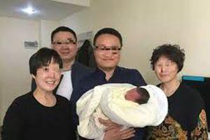 Em bé chào đời 4 năm sau khi bố mẹ qua đời