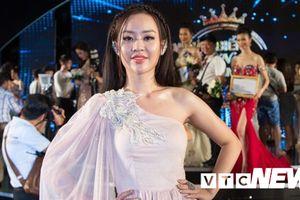 Hot girl Phòng cháy đẹp tựa nữ thần đến cổ vũ đàn em thi Hoa hậu Biển