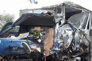 Xe tải nát bét sau cú đâm va kinh hoàng với xe ben, tài xế tử vong tại chỗ