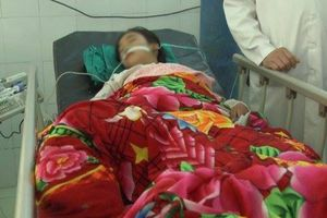 Thách đố nhau uống thuốc diệt cỏ, 4 học sinh nhập viện cấp cứu