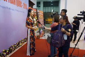 Trịnh Kim Chi, Mỹ Uyên thướt tha áo dài dự khai mạc Liên hoan Kịch toàn quốc