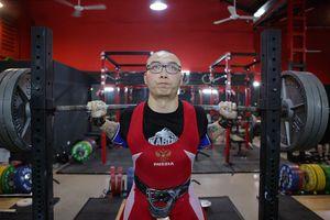 Sức mạnh của chàng trai powerlifting xăm trổ đầy mình