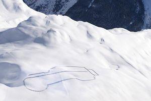 Land Rover 'chơi trội' khi phác họa hình mẫu Defender trên tuyết
