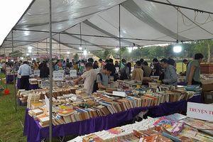 Hội sách cũ tại Hoàng thành Thăng Long thu hút đông đảo độc giả