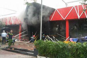 Lực lượng cứu hỏa căng mình dập lửa ở Sive Beer Club