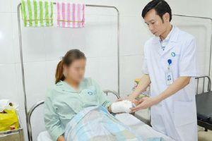 Nữ sinh bị gãy tay, chấn thương mũi do 3 bạn gái cùng lớp dùng tuýp sắt, bình xịt hơi cay đánh hội đồng