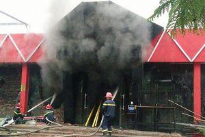 Câu lạc bộ bia cháy dữ dội, cột khói cao hàng chục mét