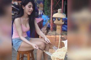 Cô gái bán bánh 'hút hồn' khách nhờ vẻ ngoài 'ngọt lịm'