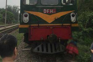 Tai nạn đường sắt làm người phụ nữ dính chặt vào đầu tàu hỏa