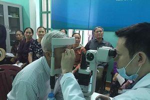 Khám, điều trị mắt miễn phí cho người dân 4 xã hiến giác mạc nhiều nhất cả nước
