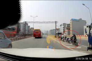 Bức xúc cảnh xe ôm quay đầu đón khách trên đường vành đai 3