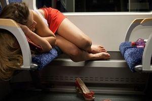 Ngủ hớ hênh trên tàu, cô gái bị sàm sỡ còn ngỡ tưởng mộng xuân