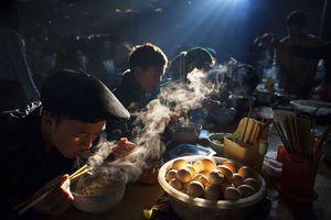 Nhiếp ảnh gia Việt thắng giải ảnh quốc tế với tác phẩm 'Bữa sáng chợ phiên'