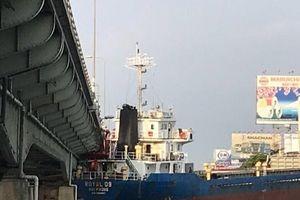 Tàu hàng nghìn tấn va vào cầu Đồng Nai cũ