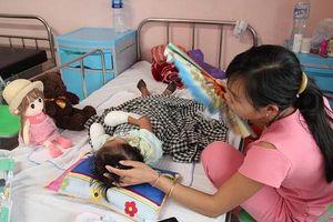 Bé gái 3 tuổi phải cắt bỏ tứ chi do nhiễm khuẩn đường huyết
