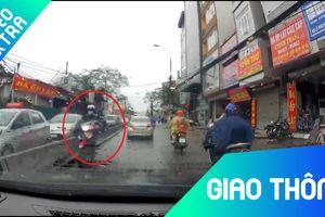 Xe máy thản nhiên chạy ngược chiều trên đường phố Hà Nội