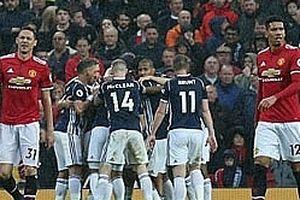 Man Utd thua sốc đội bét bảng, Man City lên ngôi vô địch trước 5 vòng đấu