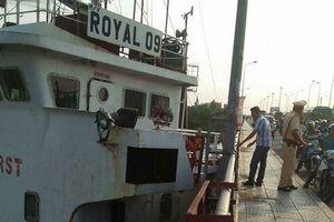 Tàu nghìn tấn dính chặt vào dầm cầu Đồng Nai